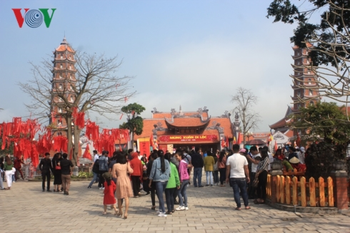 Hàng ngàn người đến viếng ngôi chùa cổ ở Quảng Bình